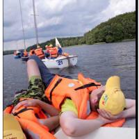 Na obóz żeglarski pojechało dwoje dzieci.